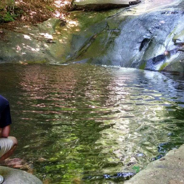 Preparando la entrada para grabar en un río de montaña